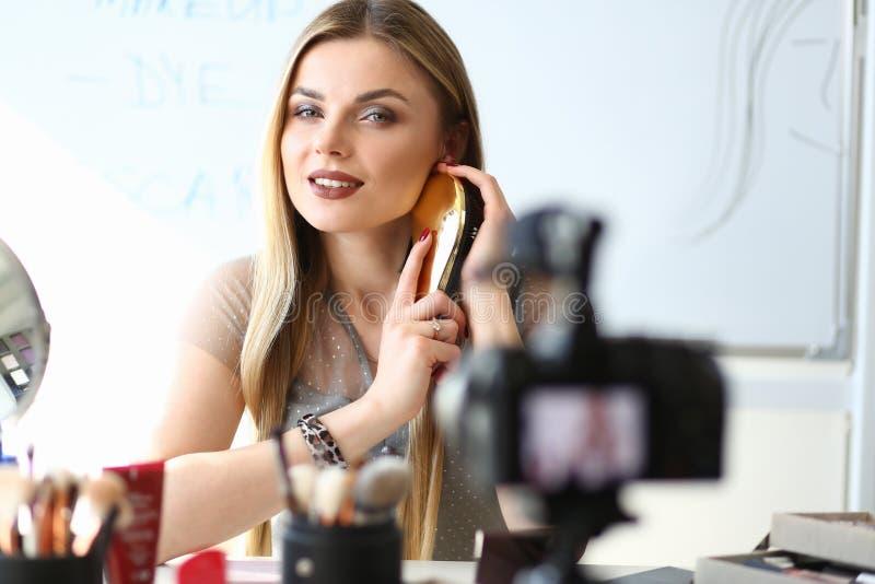 Девушка блоггера записывая социальный блог красоты сети стоковые фотографии rf