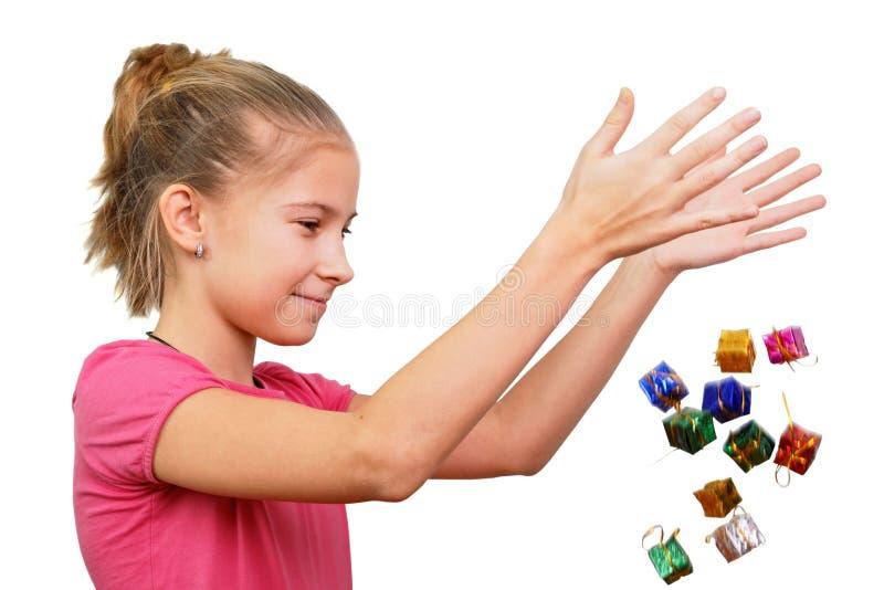 Девушка бросает миниатюрные подарки стоковая фотография rf