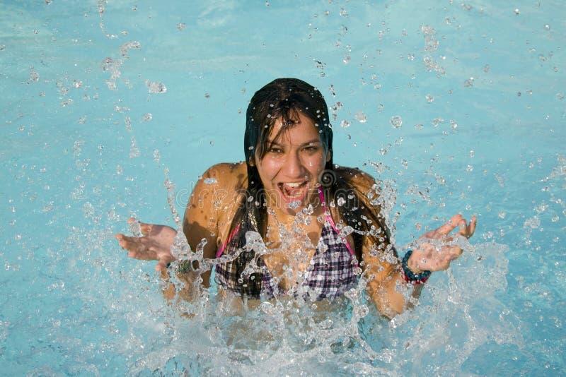 девушка брызгая воду стоковые фотографии rf