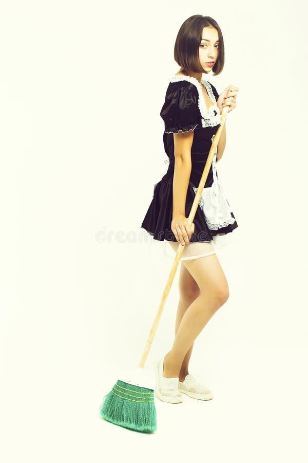 Девушка брюнета в костюме горничной стоковые фото