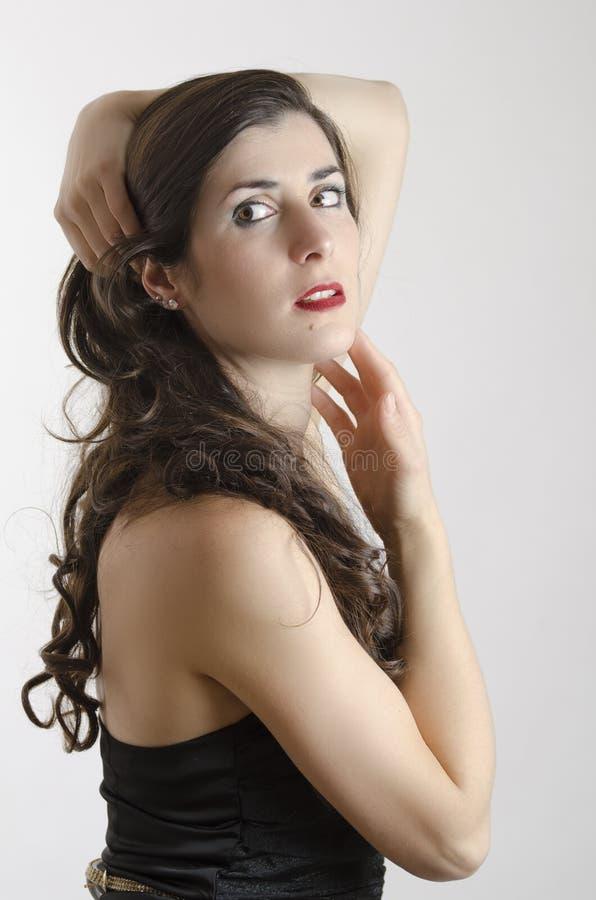 Девушка брюнет в представлять студии стоковое фото rf