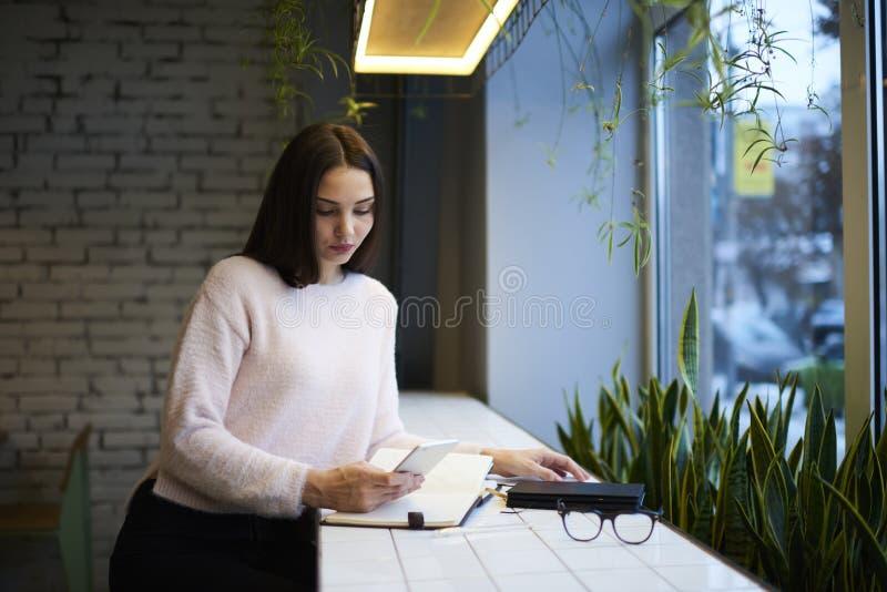 Девушка брюнет в стеклах выполняет ежедневную рекламную кампанию работы привлечь интерес клиентов стоковые изображения rf