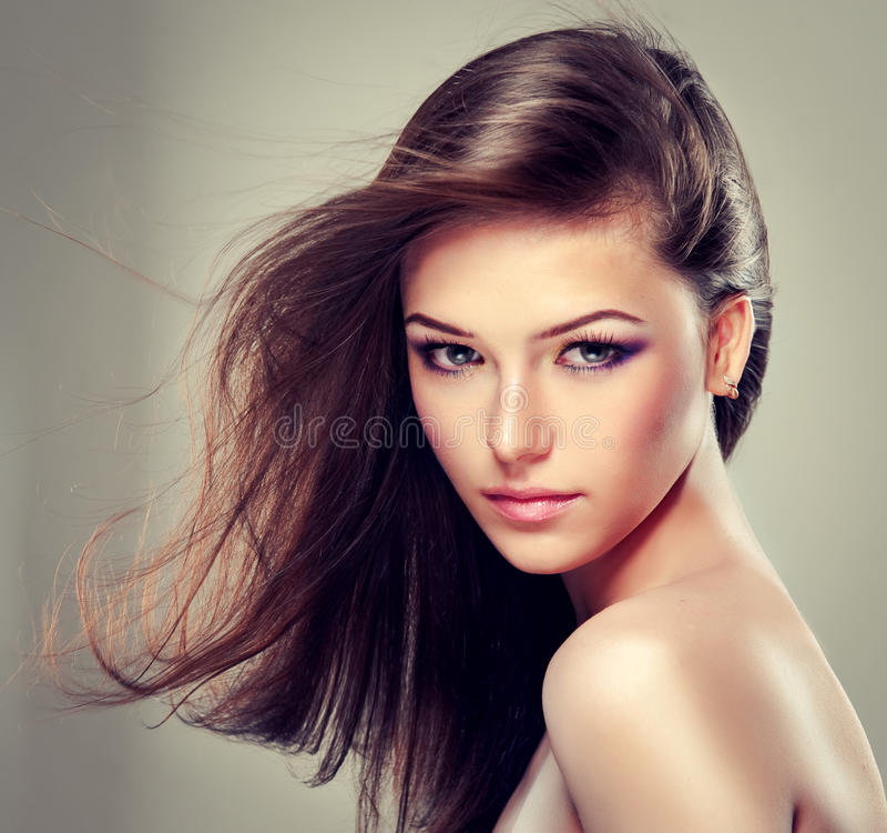 Девушка брюнет с длинными прямыми волосами стоковая фотография rf