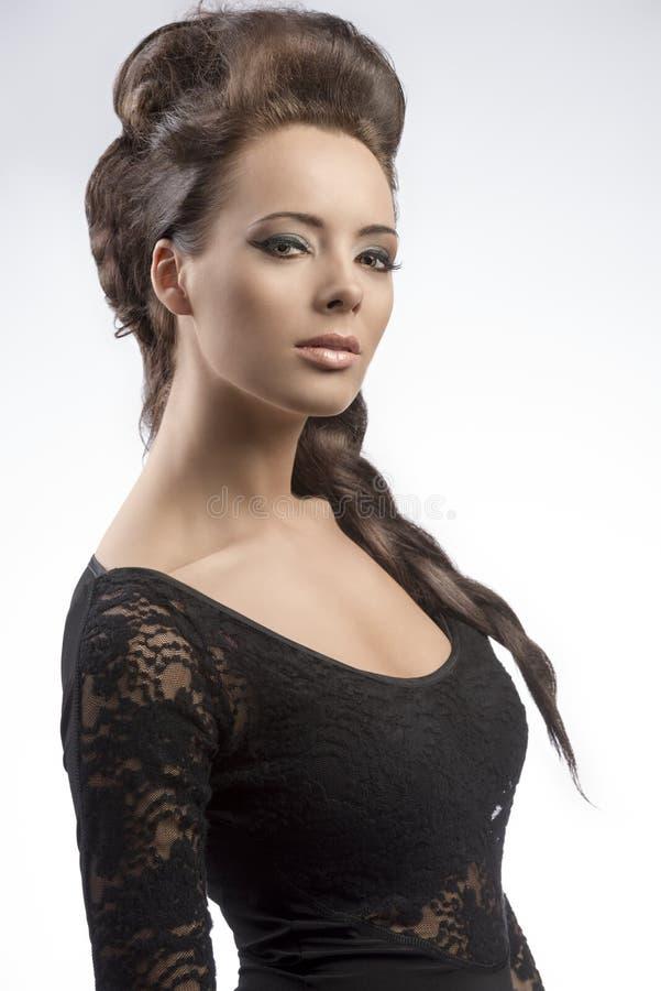 Девушка брюнет с творческой причёской и милым составом стоковые фото