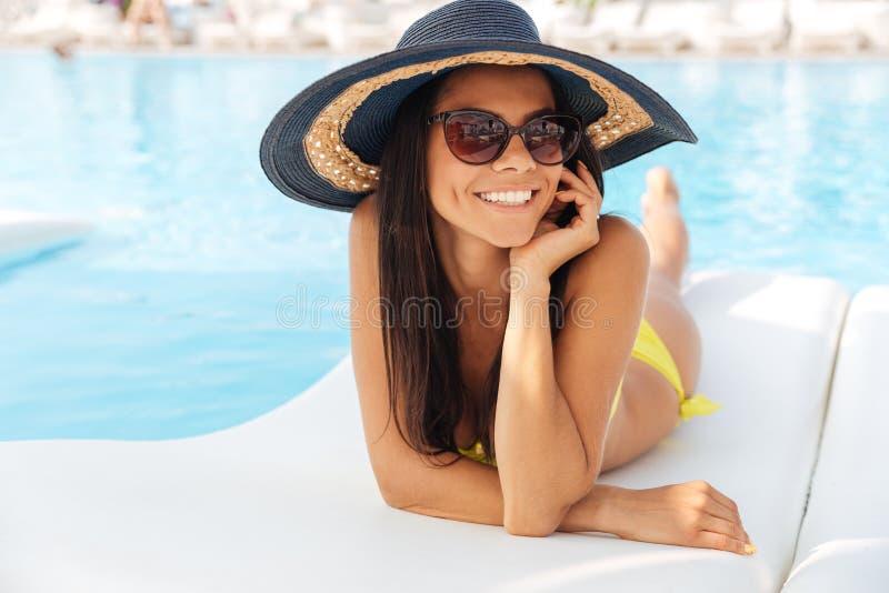 Девушка брюнет с smartphone бассейном стоковое фото