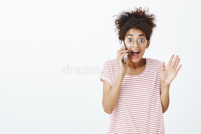 Девушка будучи удивлянным с положительными новостями через телефонный звонок Портрет довольной впечатленной милой подруги в стекл стоковые фотографии rf