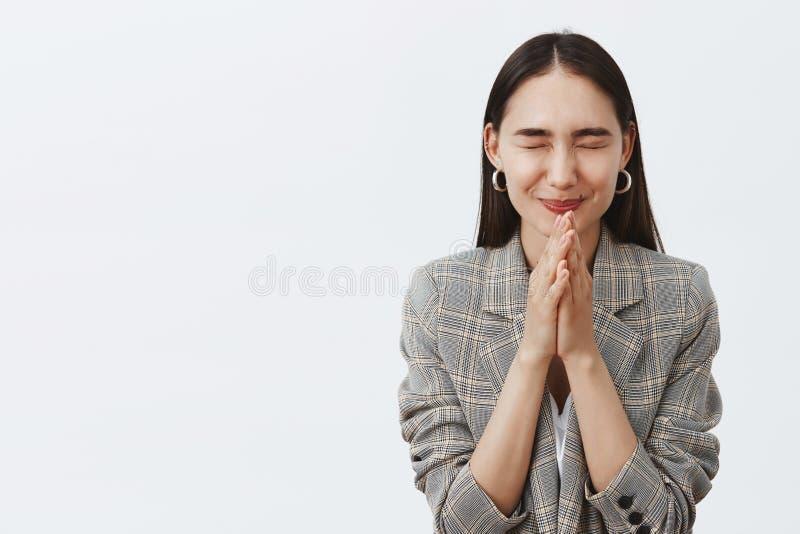 Девушка быть желать с всем сердцем для мечты приходит верно Стильная счастливая молодая женщина с темными волосами в куртке стоковая фотография