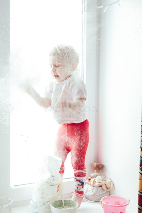 Девушка варя выпечку стоковое фото rf
