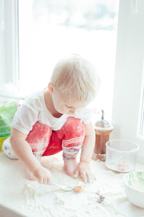 Девушка варя выпечку стоковые изображения rf