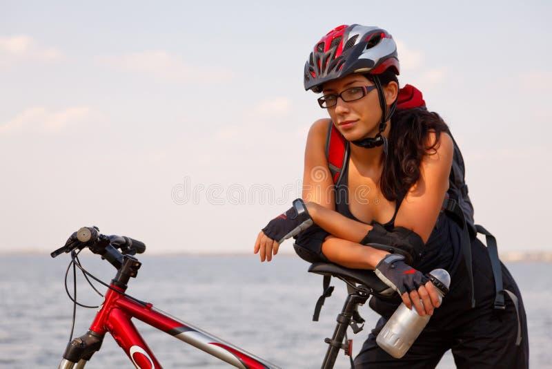 девушка велосипеда милая стоковые фото
