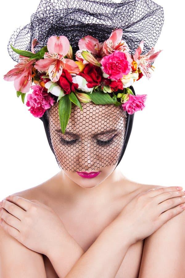 Девушка весны красивая в вуали с цветками в ее волосах стоковое изображение