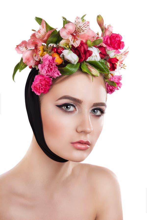 Девушка весны красоты с прической цветков стоковое фото rf