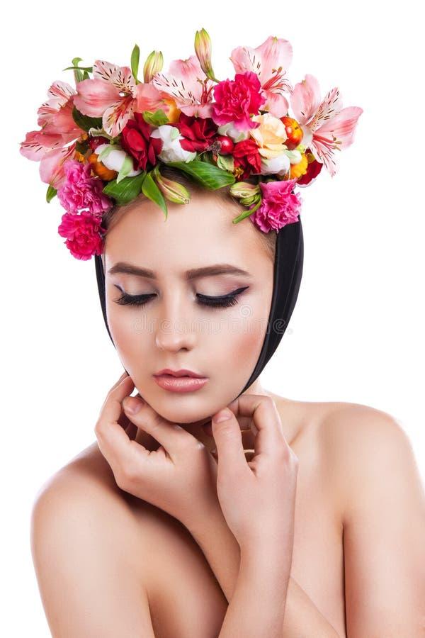 Девушка весны красоты с прической цветков стоковое изображение