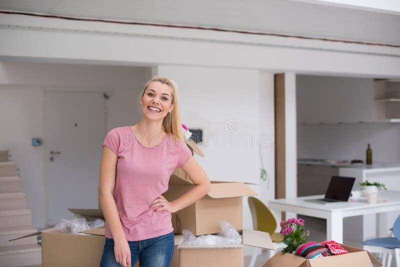 Девушка двигая в новую квартиру стоковое изображение