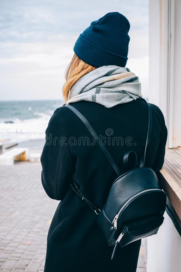 Девушка вид сзади смотрит море стоковые фото