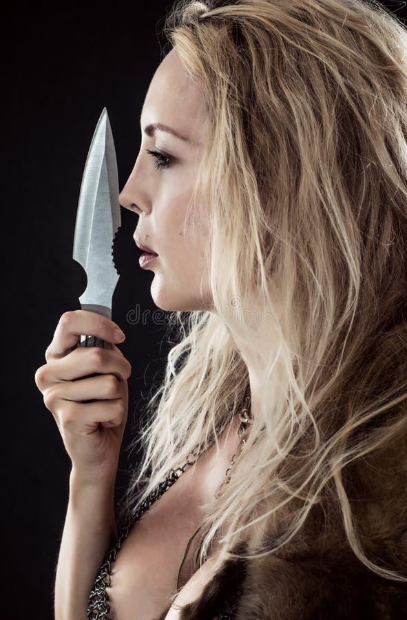 Девушка Викинг или Амазонка Бросая нож в руке стоковые фотографии rf