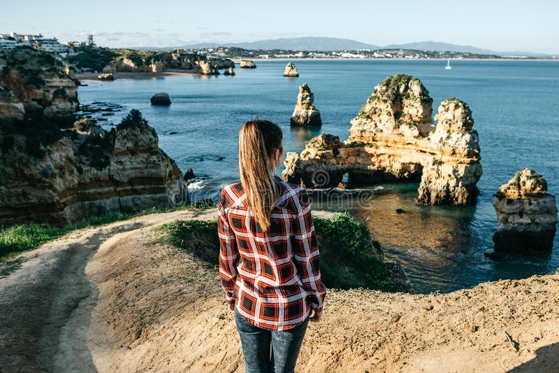Девушка восхищает красивый вид Атлантического океана стоковые фотографии rf