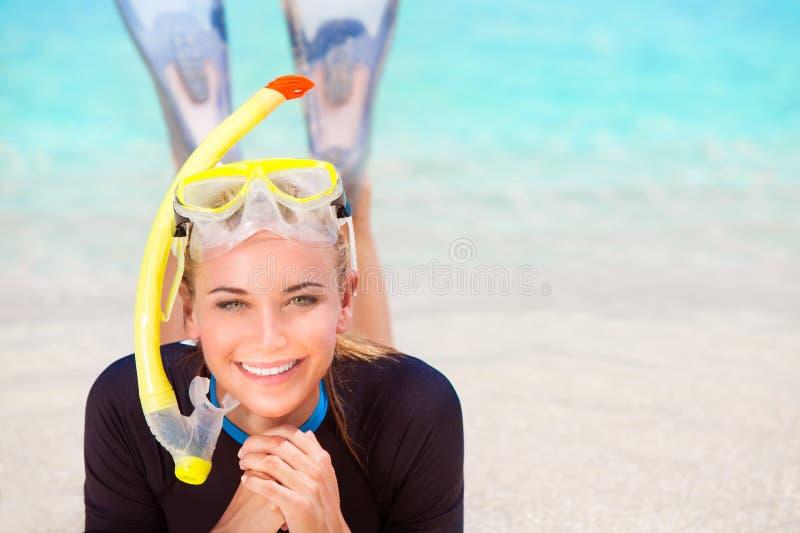Девушка водолаза на пляже стоковая фотография rf