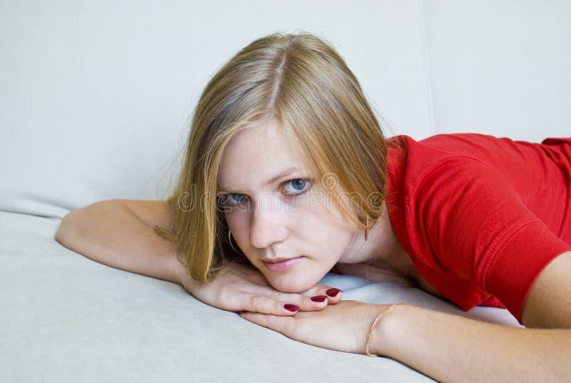 девушка вручает головке ее удерживание заботливое стоковое фото