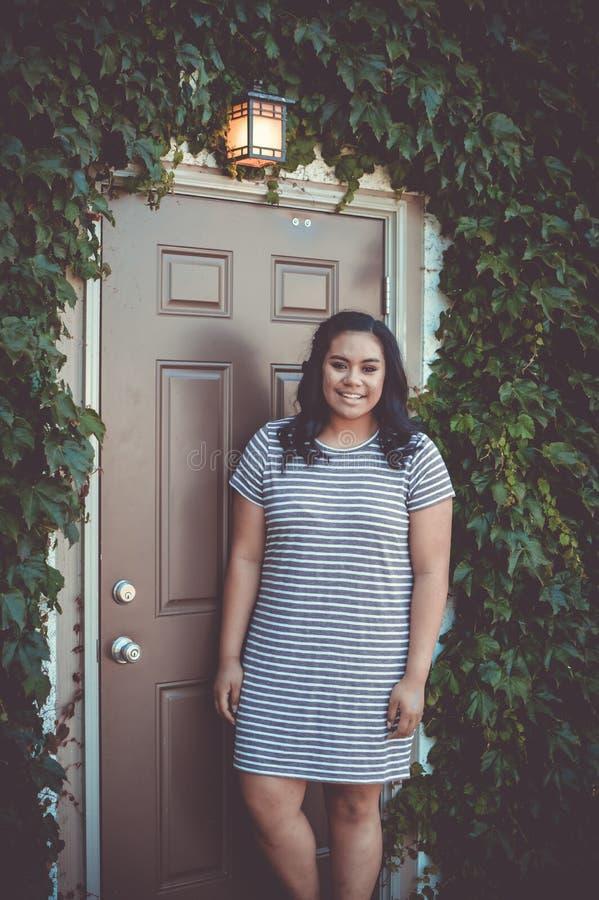 Девушка, вход, плющ, лампа стоковая фотография