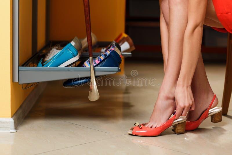 Девушка выбирает ботинки в комнате шкафа стоковые изображения