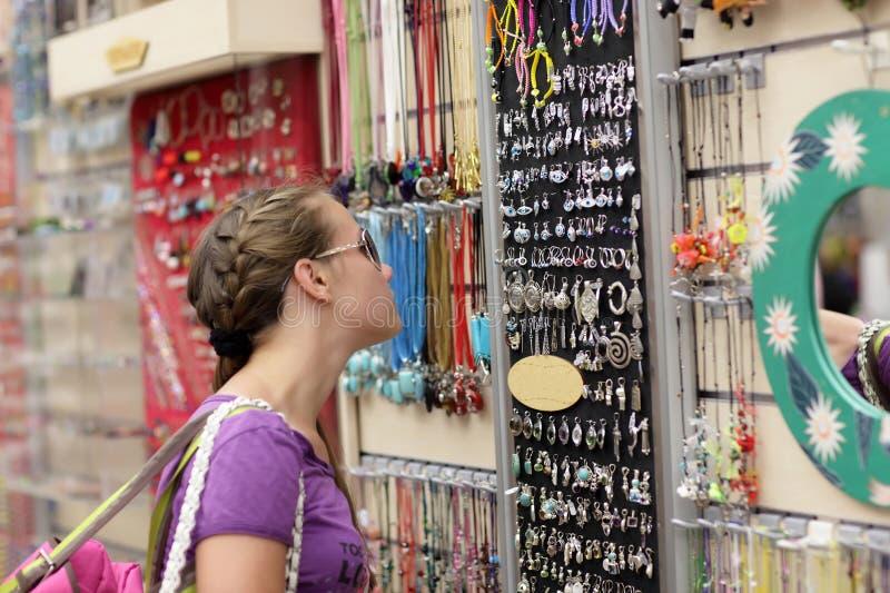 Девушка выбирая сувенир стоковые фотографии rf
