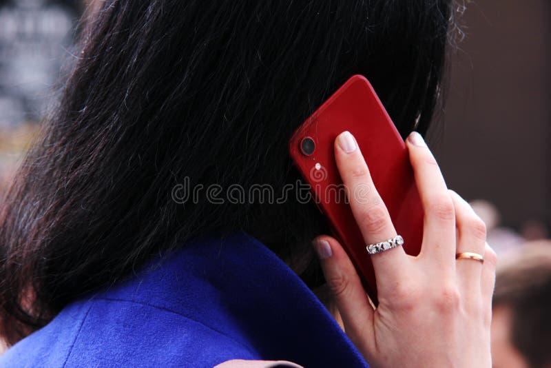 Девушка вызывает на мобильном телефоне r стоковые фотографии rf