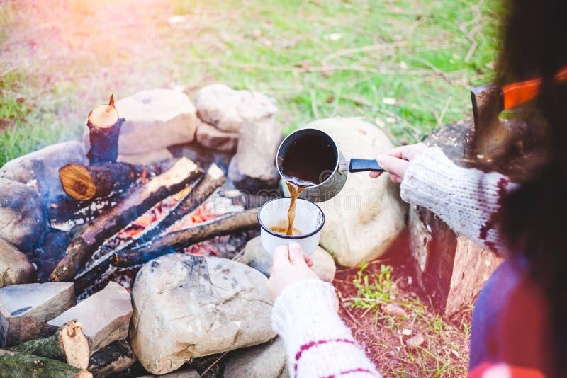 Девушка выпивает кофе огнем стоковые изображения rf