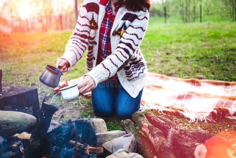 Девушка выпивает кофе огнем стоковое фото