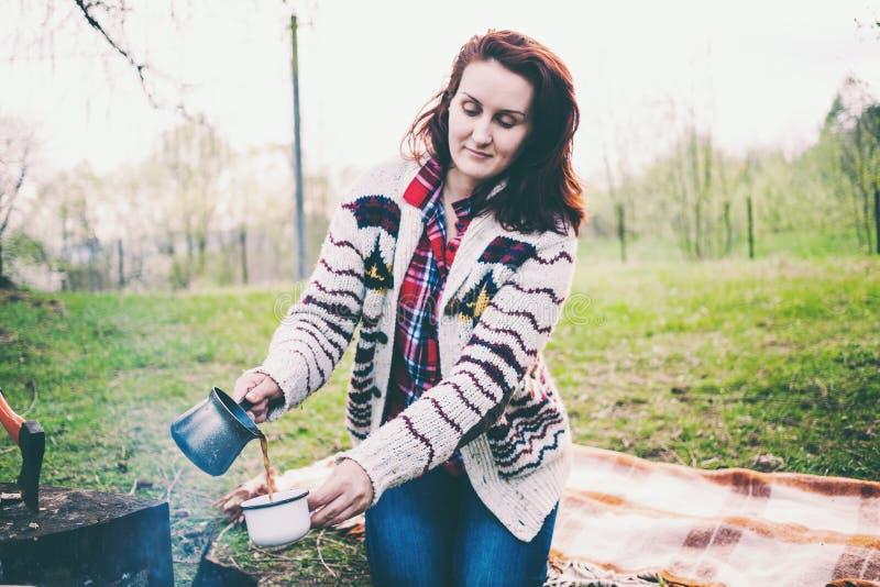 Девушка выпивает кофе огнем стоковые фотографии rf