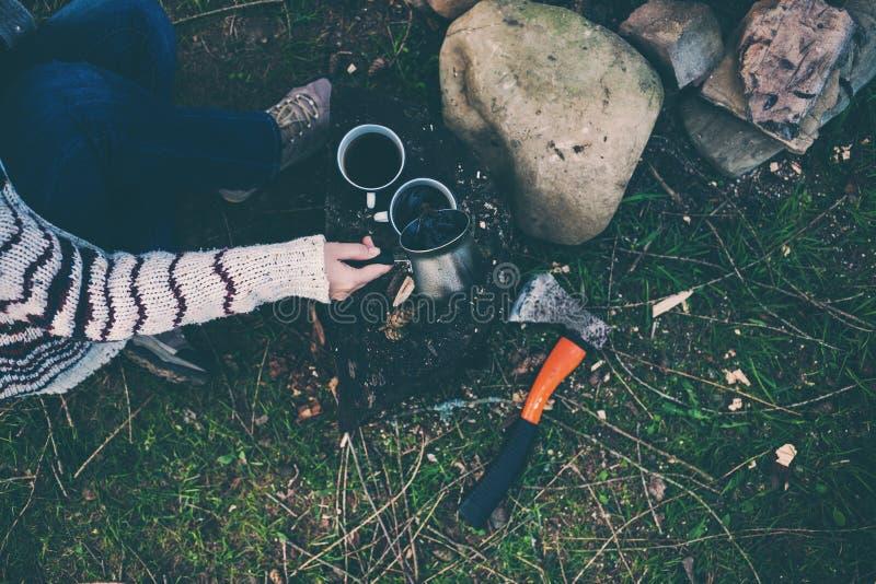 Девушка выпивает кофе огнем стоковая фотография rf
