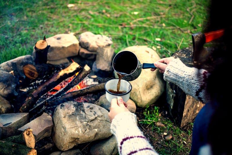 Девушка выпивает кофе огнем стоковое изображение rf