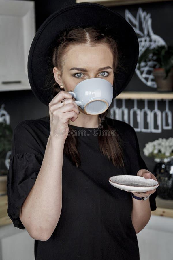 Девушка выпивает чай стоковое изображение