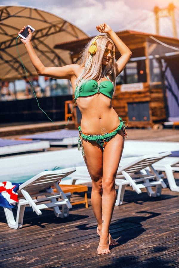 Девушка высокорослых белокурых сексуальных длинных волос длины тощая на пляже в полном максимуме стоковые фотографии rf