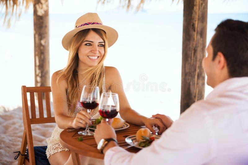 Девушка в дате на пляже стоковые фотографии rf