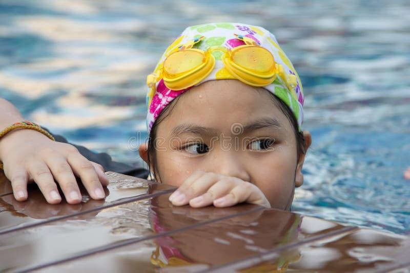 Девушка в бассейне стоковые изображения rf