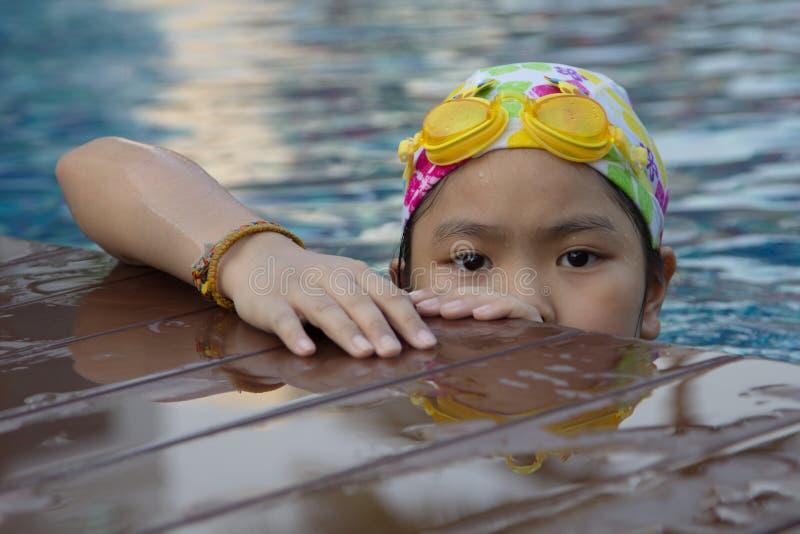 Девушка в бассейне стоковые фотографии rf
