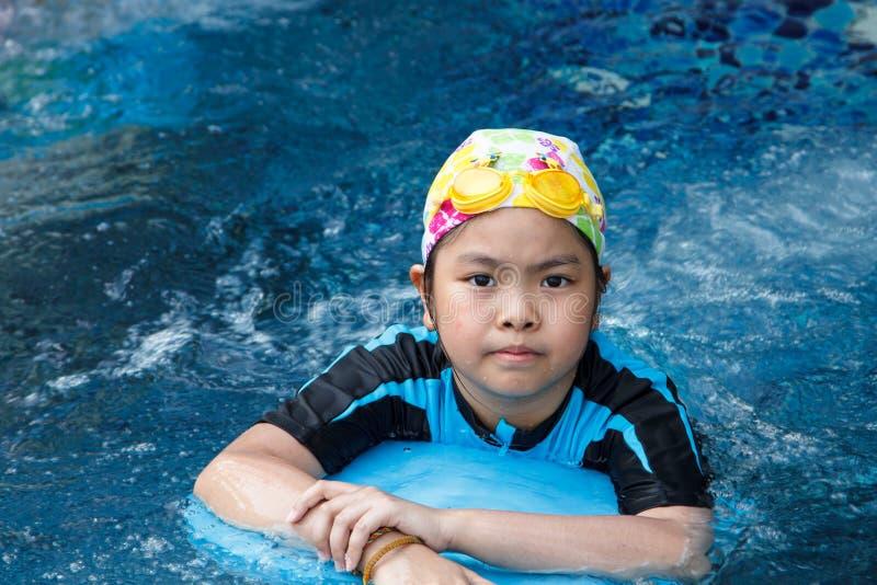 Девушка в бассейне стоковое фото rf