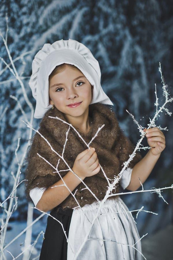 Девушка в белой крышке среди кустов в заморозке 4839 стоковые изображения rf