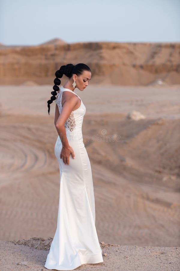 Девушка в белом платье свадьбы стоковая фотография rf