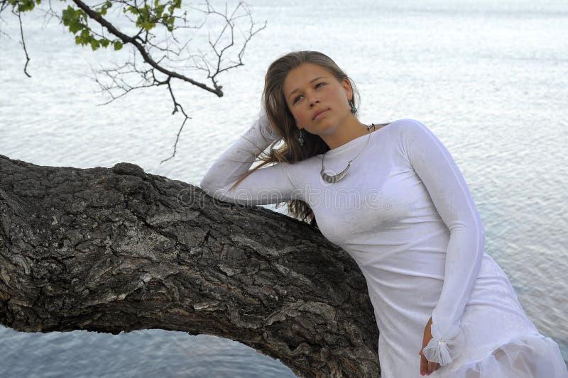 Девушка в белом платье на озере стоковая фотография rf