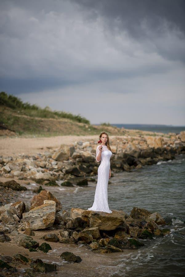 Девушка в белом платье стоковая фотография