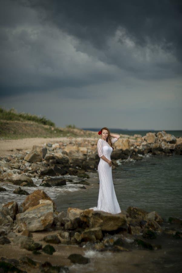 Девушка в белом платье стоковые фото