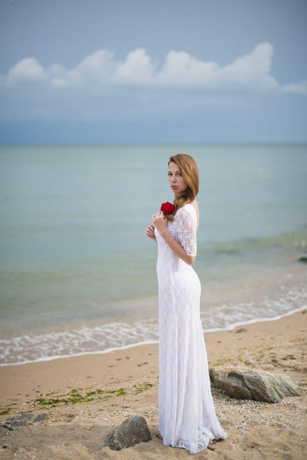 Девушка в белом платье стоковое изображение