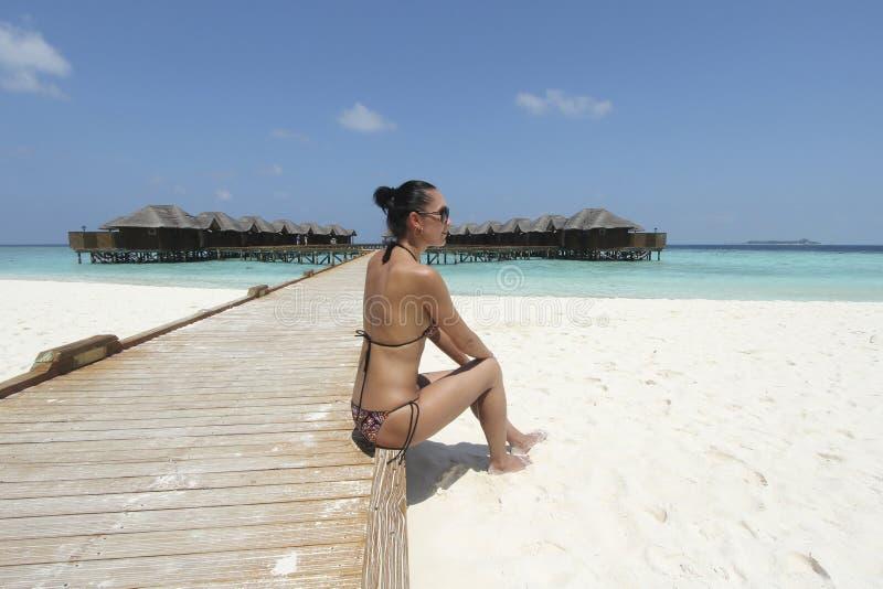 Девушка в бикини в курорте Мальдивов стоковое фото rf