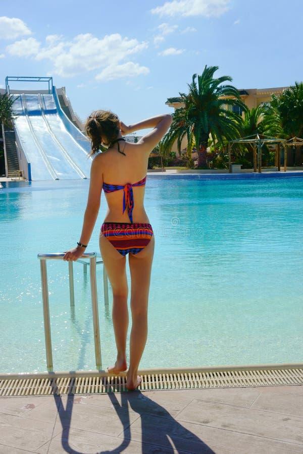Девушка в бикини на бассейне стоковое фото rf