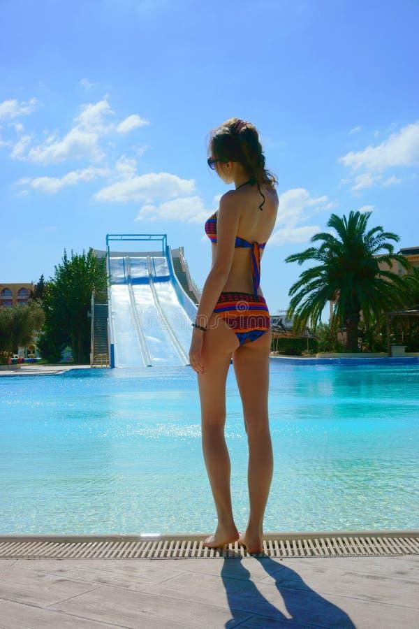 Девушка в бикини на бассейне стоковое изображение