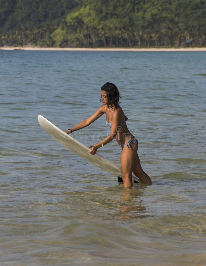 Девушка в бикини с surfboard стоковые фотографии rf