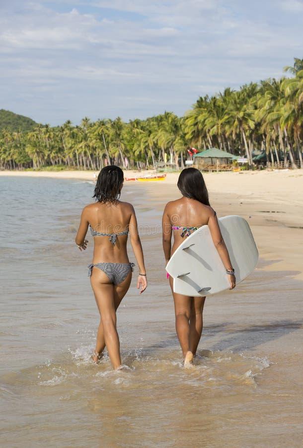 Девушка в бикини с surfboard стоковое фото