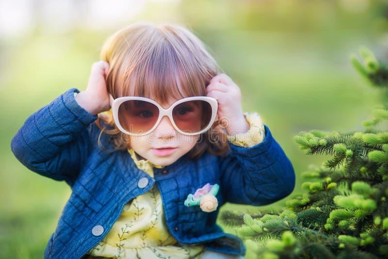 Девушка в больших стеклах солнца стоковое изображение rf